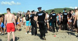 Plajda cinsel ilişkiye giren çifte alkış tutarak destek verdiler