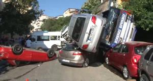 İstanbul'da araç taşıyan TIR dehşet saçtı, cadde savaş alanına döndü
