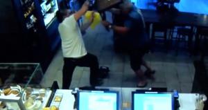 Oyuncak silahla soyguna geldi, sandalyenin gazabına uğradı