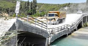 Yıkık köprüye belediye el atmayınca vatandaş ölüm yolculuğuna başladı