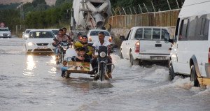 Mardin'de şebeke borusu patladı, yollar su altında kaldı