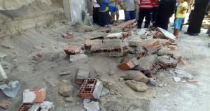 Sıcaktan çatlayan bina duvarı çocukların üzerine çöktü! 4 yaralı