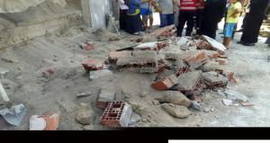 Sıcaktan çatlayan bina duvarı çöktü! 3'ü çocuk 4 yaralı