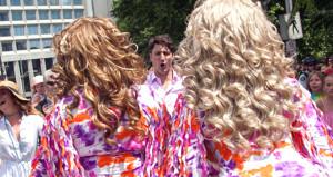 Trudeau pembe gömleğini giyip eşcinsellere amigoluk yaptı