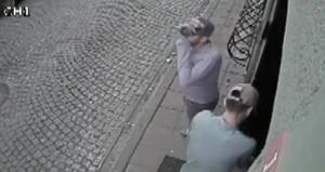 Etrafı kontrol edip binaya girdiler, 2 dakikada 15 bin doları çaldılar
