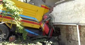 Freni patlayan hafriyat kamyonu eve girdi!