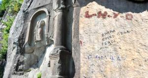 Aşklarını tarihe kazımak isteyen sevgililer asırlık anıtı mahvetti