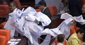 CHP'li Sezgin Tanrıkulu, Meclis'e 3 kilometrelik ruloyla geldi