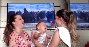 Annesinin ikiziyle tanışan bebeğin kafası karıştı
