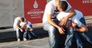 Bonzai içen gencin kent meydanındaki hali yürekleri yaktı