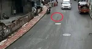 Çin'de akılalmaz kaza! Yoldan fırlayan şişe çocuğa isabet etti