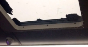 Dolu nedeniyle otobüsün camı patladı, yolcular korku dolu anlar yaşadı