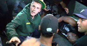 Genç kızların sevgilisi Justin Bieber aracıyla gazeteciye çarptı