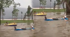 Sağanak yağışı fırsat bilen gençler deniz botuyla keyifli anlar yaşadı