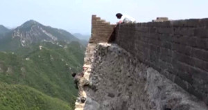 Çin Seddi'ni onaran işçiler, canını incecik bir ipe emanet ediyor