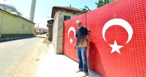 Bu köyde her evin kapısına Türk bayrağı çizildi