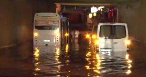 Avcılar'da alt geçidi su bastı, vatandaşlar arabalarında mahsur kaldı!