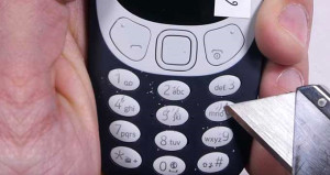 Nokia 3310 falçatayla çizildi, ekranı ateşe verildi! Son haline bakın