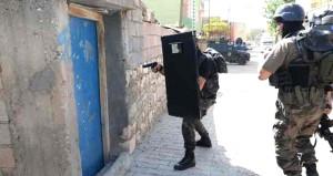 İki terörist saklandıkları evin banyosunda kendini patlattı