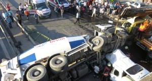 Kadıköy'de beton mikseri, seyir halindeki otomobilin üzerine uçtu