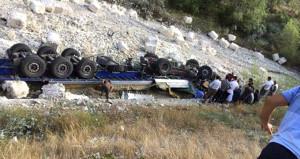 Feci kaza! TIR, yoldaki yayaların üzerine devrildi: 3 ölü, 3 yaralı