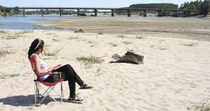 Kumsal değil, Tunca Nehri'nin ortası! Su çekildi, kum çıktı