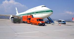 Bir kamyon eşya ile gelen Suudi prens, iki kamyonla gitti