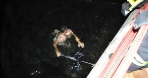 Denizde kedi kurtarma operasyonu! Bir an bile düşünmeden suya atladı