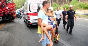 Yürekleri ağza getiren kaza! Turistleri taşıyan midibüs devrildi