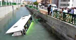 Otomobille kafa kafaya çarpışan halk otobüsü kanala uçtu: 5 yaralı