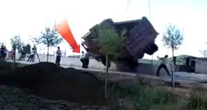 Vince yüklenen kamyon, işçinin üzerine düştü! Dehşet anları kamerada