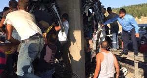 Otobüs köprü ayağına çarptı, 5 yolcu sıkışarak can verdi