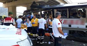 Son dakika! Otobüs köprü ayağına çarptı, yolcular sıkıştı: 5 ölü