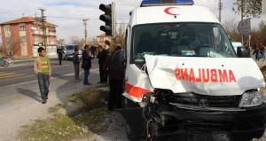 Erzurum'da ambulans devrildi: 3 sağlık personeli ağır yaralı!