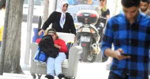 Akülü aracı kabul etmedi, engelli kızını koltukla sokakta gezdiriyor