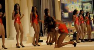 Güzellik yarışmasında defalarca yere düşen kız, salonu terk etti