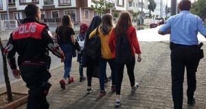 Okuldan kaçan öğrenciler, polis tarafından tek tek toplandı