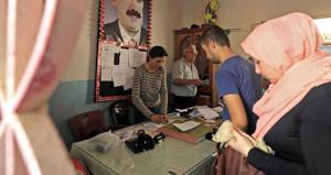 Ankara'nın tepkili olduğu seçimde, Öcalan posteri önünde oy kuyruğu