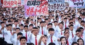 Kuzey Kore'de 100 bin kişi ABD'ye tepki için sokağa döküldü!
