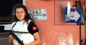 Gözlerine inanamadılar! Kadın polis, sokak levhasında buldu