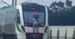 Saatte 110 km hızla giden trenin cam sileceğine tutunarak seyehat etti