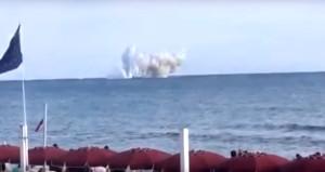 Savaş uçağı denize çakıldı! O anlar saniye saniye kamerada
