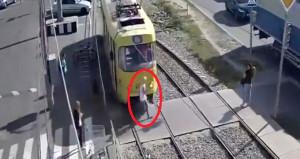 Telefonuna bakarak yolun karşısına geçen kadını tramvay ezdi