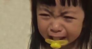 Minik kızın ağlama numarasına milyonlarca kişi güldü