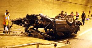 Tünel girişine çarpan otomobil, ikiye bölündü: 2 ölü, 1 yaralı