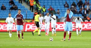 6-1'lik yenilgiden sonra taraftarlar tek futbolcuyu alkışladı
