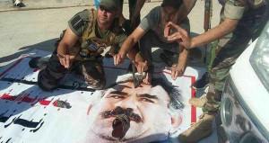 Ağzına terlikle vurdular! Türkmenler Öcalan posterlerini böyle indirdi