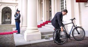 Hollanda Başbakanı, kralla görüşmeye bisikletiyle gitti