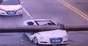 Aracının üzerine vinç düşen Çinli, araçtan sapasağlam çıktı