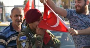 Kerkük'te yüzler gülüyor! Türk bayraklarını öperek sevindiler